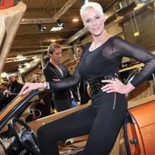 2010-Essen-Motor-Show-Babes-13