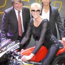 2010-Essen-Motor-Show-Babes-15