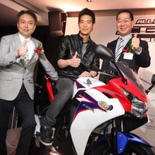 2011-Honda-CBR-150R-FI-showroom