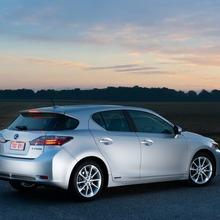 2011-Lexus-CT-200h-02