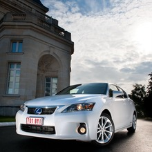 2011-Lexus-CT-200h-06