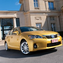 2011-Lexus-CT-200h-09