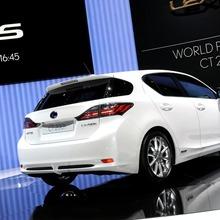 2011-Lexus-CT-200h-14