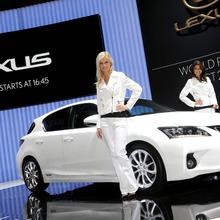 2011-Lexus-CT-200h-16