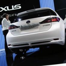 2011-Lexus-CT-200h-18