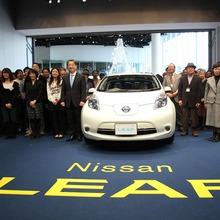 2011-Nissan-LEAF-Japan-02