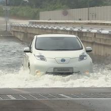 2011-Nissan-LEAF-Japan-03