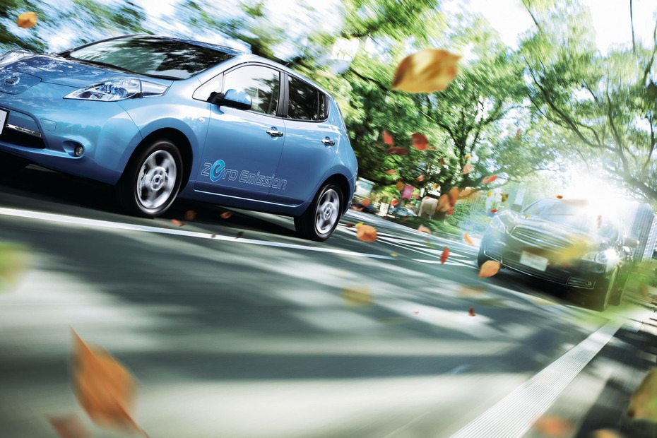 2011-Nissan-LEAF-Japan