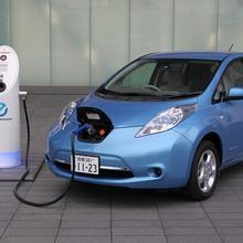 2011-Nissan-LEAF-Japan-13