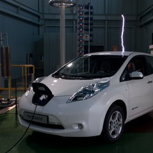 2011-Nissan-LEAF-Japan-14