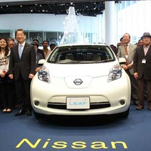 2011-Nissan-LEAF-Japan-showroom