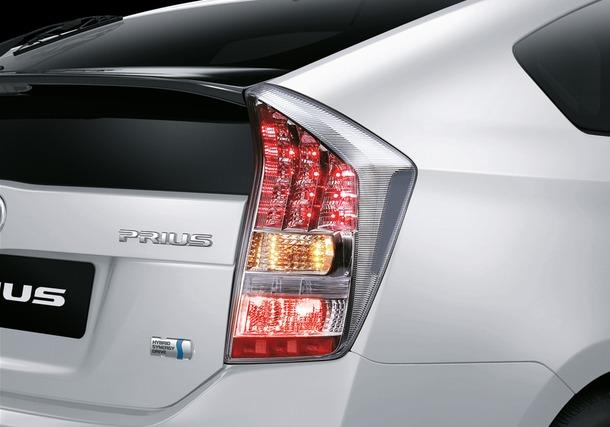 2011-Toyota-Prius-Thailand-08