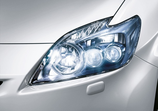2011-Toyota-Prius-Thailand-09