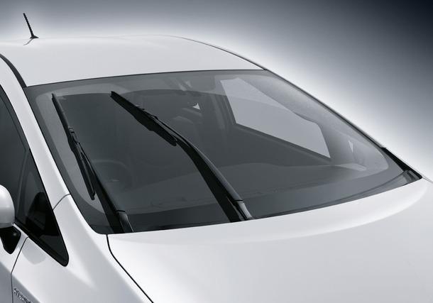 2011-Toyota-Prius-Thailand-10