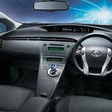 2011-Toyota-Prius-Thailand-11