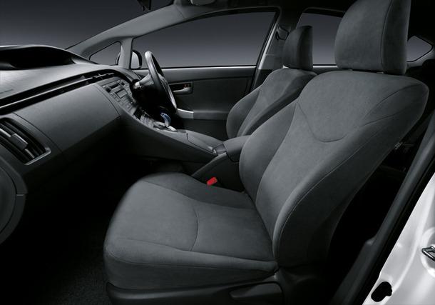 2011-Toyota-Prius-Thailand-18