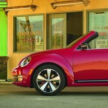 2013-Volkswagen-Beetle-Convertible-09