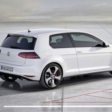 2013-Volkswagen-Golf-VII-GTI-02